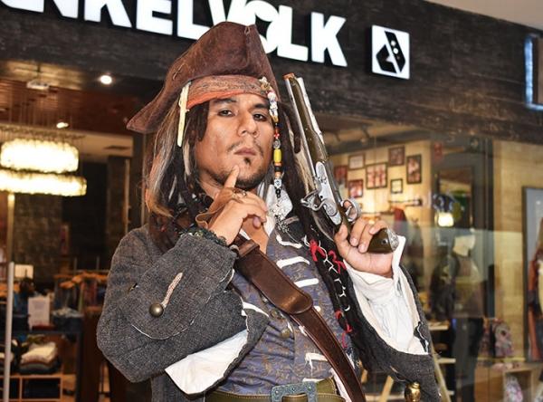 TOMA DE FOTOS CON JACK SPARROW Y YODA - Mall del Sur
