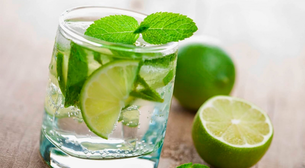 Beneficios de tomar agua con limón por las mañanas  - Mall del Sur